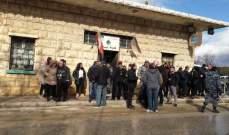 تجمع امام فصيلة درك رياق بعد استدعاء متظاهرين قاموا بتمزيق صور سياسيين