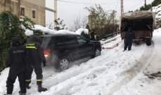 الدفاع المدني: إنقاذ مواطنين احتجزتهم الثلوج داخل سيارتين على طريق عام كفربعال