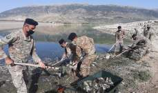 وحدات الجيش تواصل مشاركتها بعملية تنظيف ضفة بحيرة القرعون من الأسماك النافقة