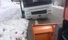 سحب فرق الدفاع المدني حافلة ركاب انحرفت على طريق فقرا كفردبيان