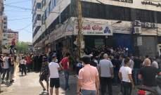 لبنانيون يساهمون في ضرب عملتهم لجني مكاسب آنية!