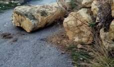 النشرة: إنهيار حائط صخري في السكسكية والبلدية تعمل على اعادة فتح الطريق
