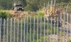 الجيش الاسرائيلي يقوم  بأعمال حفر قرب الطريق الترابية التي استحدثتها مقابل العديسة