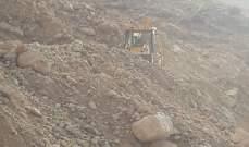 طريق بقرصونا نبع السكر مقطوعة بسبب إنهيارات صخرية نتيجة السيول