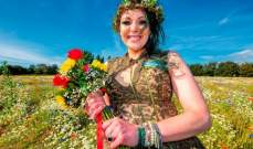 امرأة بريطانية تتزوج من شجرة