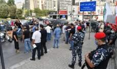 تجمع عدد من المحتجين امام مبنى الـ TVA في العدلية وحركة المرور كثيفة في المحلة