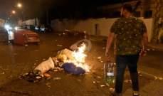 الميادين: المتظاهرون يحرقون لوحات اعلانية وسط بيروت