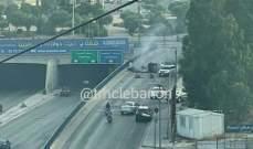 قطع السير على الخط الموازي لأوتوستراد الأسد باتجاه مستديرة الجندولين