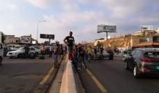 الجيش يعمل على فتح طريق الجية بعدما عمد المحتجون الى تمزيق اطارات الشاحنات التي قطعوا فيها الطريق