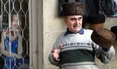 """التقاليد تحتّم على الرجل الاذربيجاني ارتداء قبعة """"باباك"""" المصنوعة من صوف الحمل"""