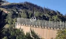 النشرة: ورشة فنية إسرائيلية تعمل على تركيب نافذتين في الجزء العلوي من الجدار الإسمنتي مقابل العديسة