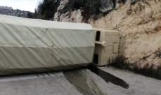 انقلاب شاحنة عسكرية على طريق الهرمل القبيات واصابة جندي