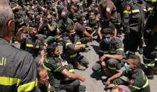 عناصر الدفاع المدني مستمرون باعتصامهم ويقطعون الطريق أمام الداخلية