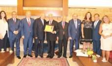 """لجنة """"روَّاد من لبنان"""" كرمت رئيس الجامعة اللبنانيَّة الأميركيَّة"""