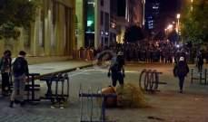 بعض المحتجين يرشقون القوى الأمنية بالحجارة في محيط مجلس النواب ببيروت