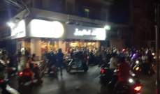 شبان على دراجات نارية يرشقون المطاعم والأفران في طرابلس بالحجارة