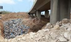 طمر النفايات العشوائي يهدّد بسقوط جسر الحازمية بعد الحفر عميقا قرب الأعمدة فهل من يسأل؟!