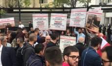 """شبان من """"التيار الوطني"""" يتجمعون أمام النافعة بالدكوانة تنفيذا لحملة مكافحة الفساد"""