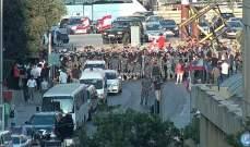 العسكريون المتقاعدون يقطعون الطريق في محلة الصيفي باتجاه وسط بيروت