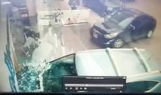 النشرة: سيارة تجتاح واجهة صيدلية في عبرا شرق صيدا