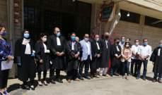 احتجاج لمحامين أمام قصر عدل بعلبك للمطالبة بتنفيذ مراسيم تعديل الملاك القضائي