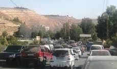 سائقو نقل الخضار قطعوا الطريق العام في جسر العاصي احتجاجا على عدم السماح لهم بالانتقال إلى الأسواق في ساعات الصباح