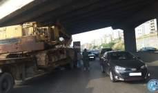 اصطدام شاحنة باسفل جسر على اوتوستراد خلدة باتجاه الناعمة