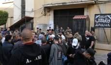 محتجون يعتصمون امام مبنى مالية طرابلس ويمنعون الموظفين من الدخول