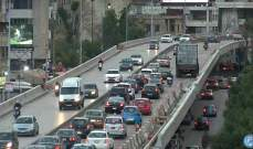 اصطدام شاحنة بالحاجز الإسمنتي وتعطلها على جسر الكولا باتجاه وسط بيروت