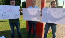 تجمع لناشطين امام مدخل المطار اعتراضا على زيارة دايفيد هيل