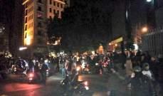 عودة التوتر لوسط بيروت والقاء حجارة ومفرقعات نارية وشبان يقلبون سيارة