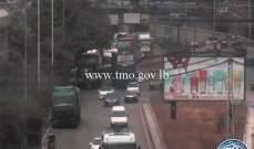 تعطل شاحنة قرب مبني وزارة الطاقة على أوتوستراد إميل لحود ما تسبب بازدحام مروري
