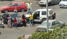 مواطن يركن سيارته وسط ساحة ايليا احتجاجا على الأوضاع المعيشية