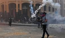 متظاهرون يرشقون القوى الأمنية في وسط بيروت بالحجارة والمفرقعات النارية