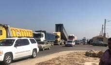 إشكال بين سائقي شاحنات سورية محملة بالرمول والسائقين اللبنانيين المعتصمين على اوتوستراد ببنين العبدة