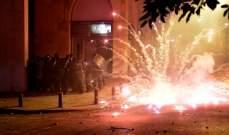 المتظاهرون في وسط بيروت يلقون الحجارة والمفرقعات النارية بإتجاه قوى مكافحة الشغب