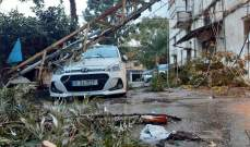 النشرة: منخفض جوي مصحوب بأمطار غزيرة يسيطر على صيدا وتسبب بسقوط شجرة