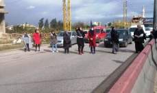نساء قطعن أوتوستراد المنية بالاتجاهين احتجاجا على تردي الأوضاع المعيشية