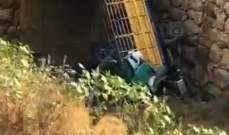 النشرة: سقوط شاحنة في مجرى نهر انطلياس بسبب عطل في المكابح والاضرار مادية