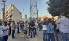 بدء تجمع عدد من المتظاهرين أمام معمل الزوق
