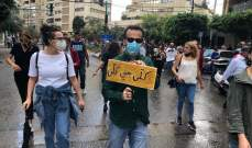 توافد عدد من المتظاهرين إلى ساحة الشهداء