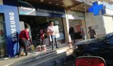 سيارة جيب إقتحمت احد محلات الخلوي في دورس بعلبك والاضرار مادية