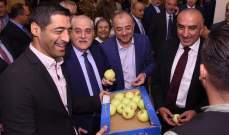 حنكش يوزع التفاح أثناء إفتتاح مركز جديد للأشعة في مستشفى بحنس