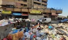 النشرة: رمي أكياس نفايات أمام مبنى بلدية صيدا اعتراضا على تكدسها بالمدينة