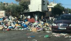 النشرة: مواطنون رموا النفايات المكدسة بالحاويات في وسط الشارع بالنبطية