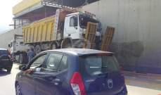 تعطل شاحنة على اوتوستراد خلدة باتجاه بيروت محلة انفاق المطار