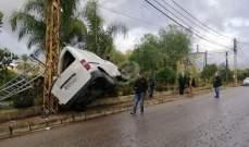 """النشرة: إصابة شخصين نتيجة اصطدام """"فان"""" بعمود إنارة بعد فقدان سائقه السيطرة عليه"""