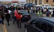 قطع الطريق في بلدة رسم الحدث في شعت من قبل اصحاب الفانات