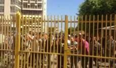 النشرة: المياومون يقفلون ابواب مؤسسة الكهرباء بإنتظار المؤتمر الصحفي