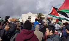 المتظاهرون في محيط السفارة الاميركية يحاولون إزالة الأسلاك الشائكة